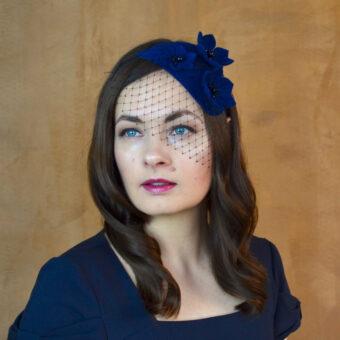 VERONIKA zila filca galvas rota ar ziediem