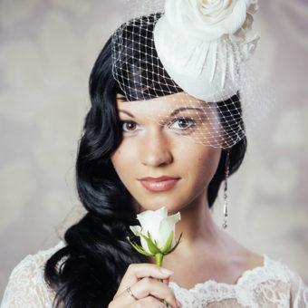 DOMINIKA cepure līgavai ar zīda ziediem un plīvuru