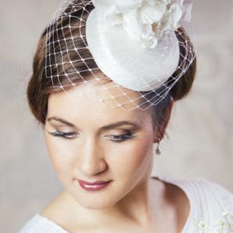 EMĪLIJA dabīgā zīda cepure līgavai ar plīvuru un ziediem