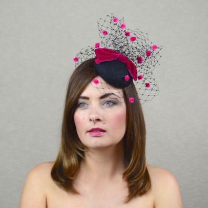 MARIANNA – melna mini cepure ar plīvuru un rozā akcentiem