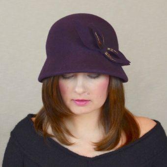 KLĒRA - baklažāna krāsas ziemas cloche cepure