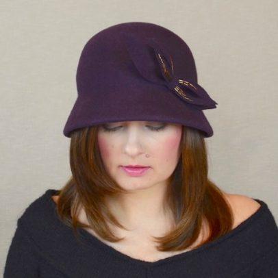 KLĒRA – baklažāna krāsas ziemas cloche cepure