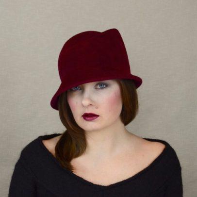NINA – sarkanvīna krāsas velūra filca cloche cepure