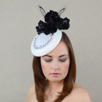 TELMA balta cepure svētkiem ar melniem ādas ziediem