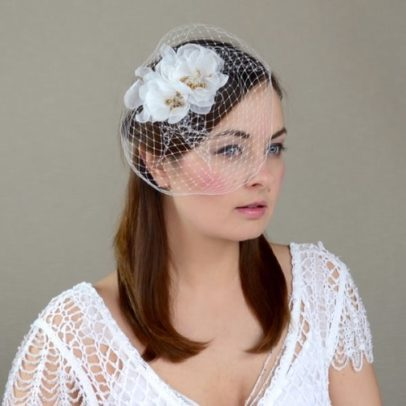 galvas rota līgavai ar ziediem un plīvuru
