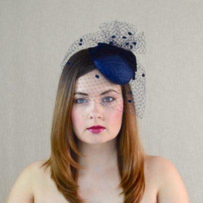 MARIANNA tumši zila mini cepure ar plīvuru