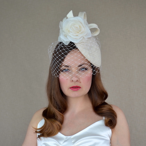 ADĪNA krēmkrāsas cepure ar plīvuru un rozi