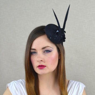 ELLA mini cepure ar mežģīnēm, fliteriem un spalvam
