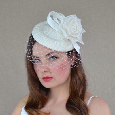 FĒBE krēmkrāsas cepure ar rozi un plīvuru