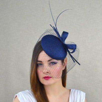 IZOLDE tumši zila cepure ar plīvuru