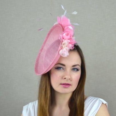LEONORA rozā cepure svētkiem ar ziediem