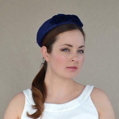 MAIJA tumši zila cepure ar samta banti